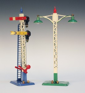 A Hornby Series gauge No. 2E double signal arm and a No. 2E lamp standard, both boxed