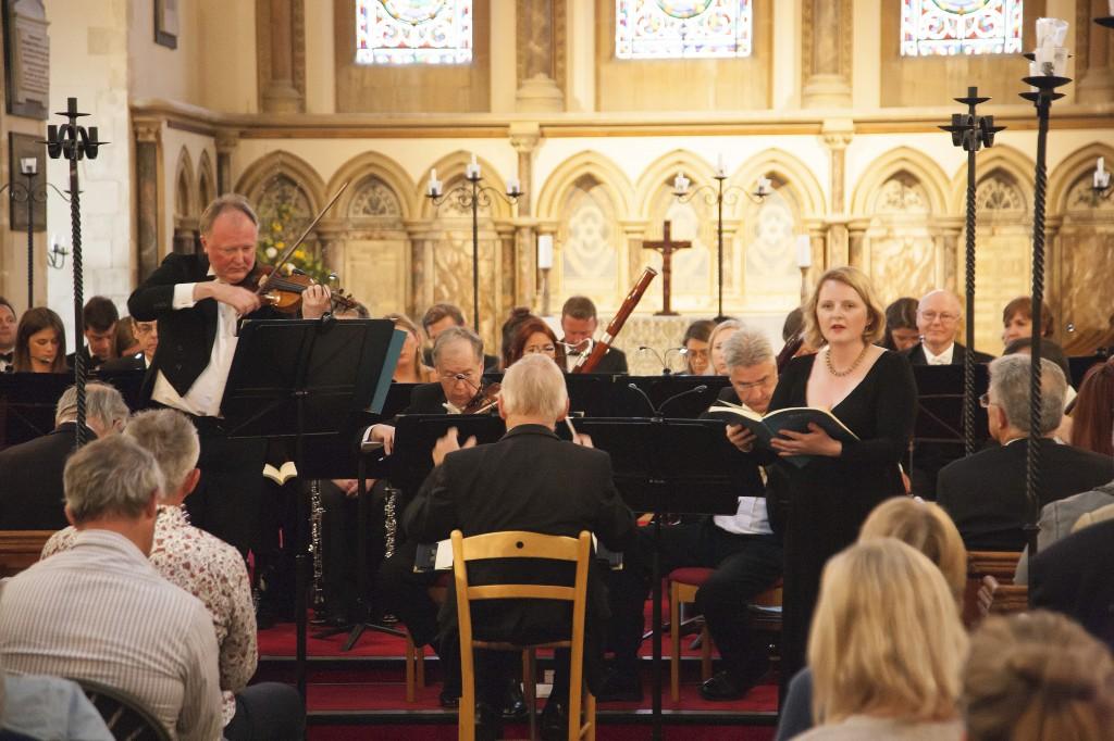 Andrew Bernardi plays the 1696 Stradivarius in the company of conductor, David Bevan, and choir © Graham Franks
