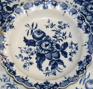 A collection of five Worcester porcelain 'Pine Cone Group' pattern plates, circa 1780